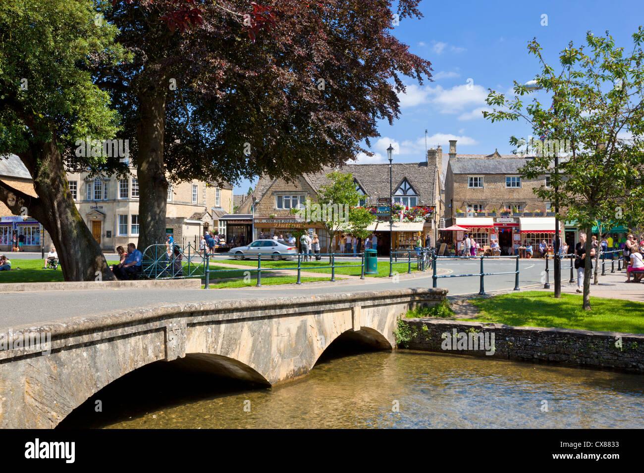 En la aldea de agua Bourton centro Cotswolds Gloucestershire Inglaterra GB Europa UE Imagen De Stock