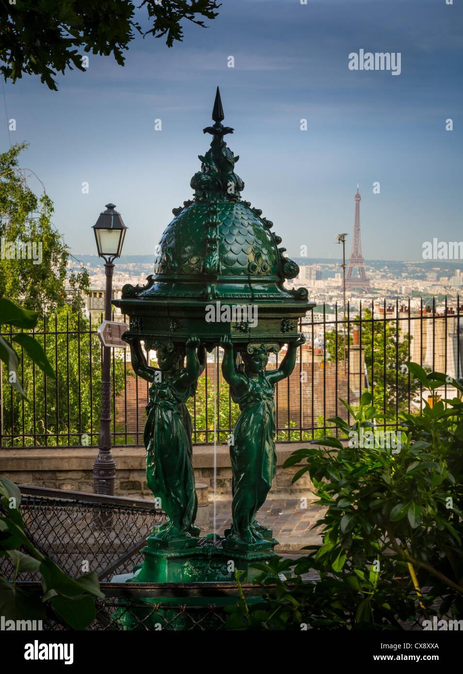 Hermosa fuente pública en la Butte Montmartre, en el centro de París, Francia Imagen De Stock