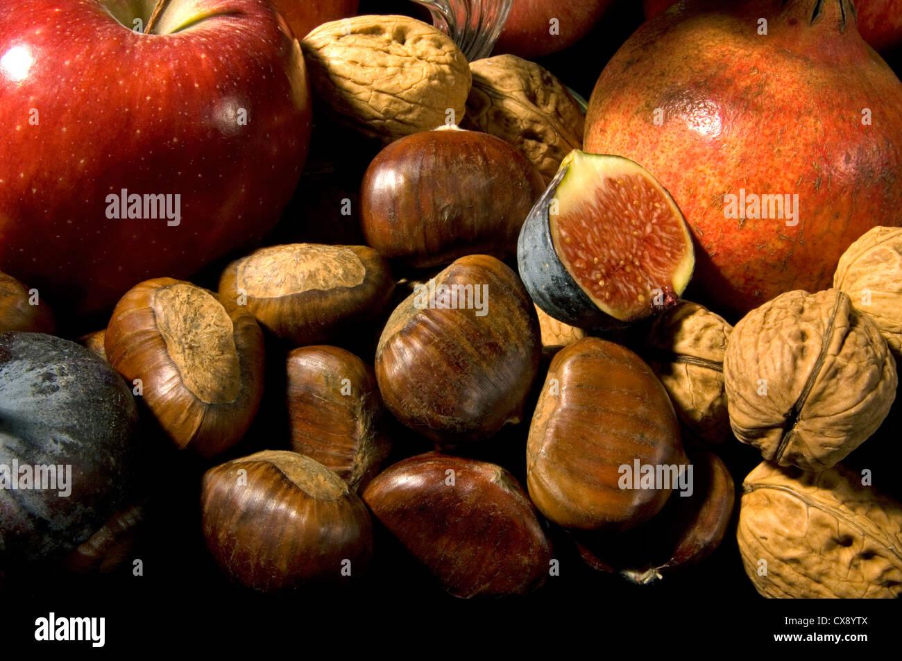 Foto de grupo - bodegón de frutas y nueces festiva en otoño / Navidad con castañas Imagen De Stock