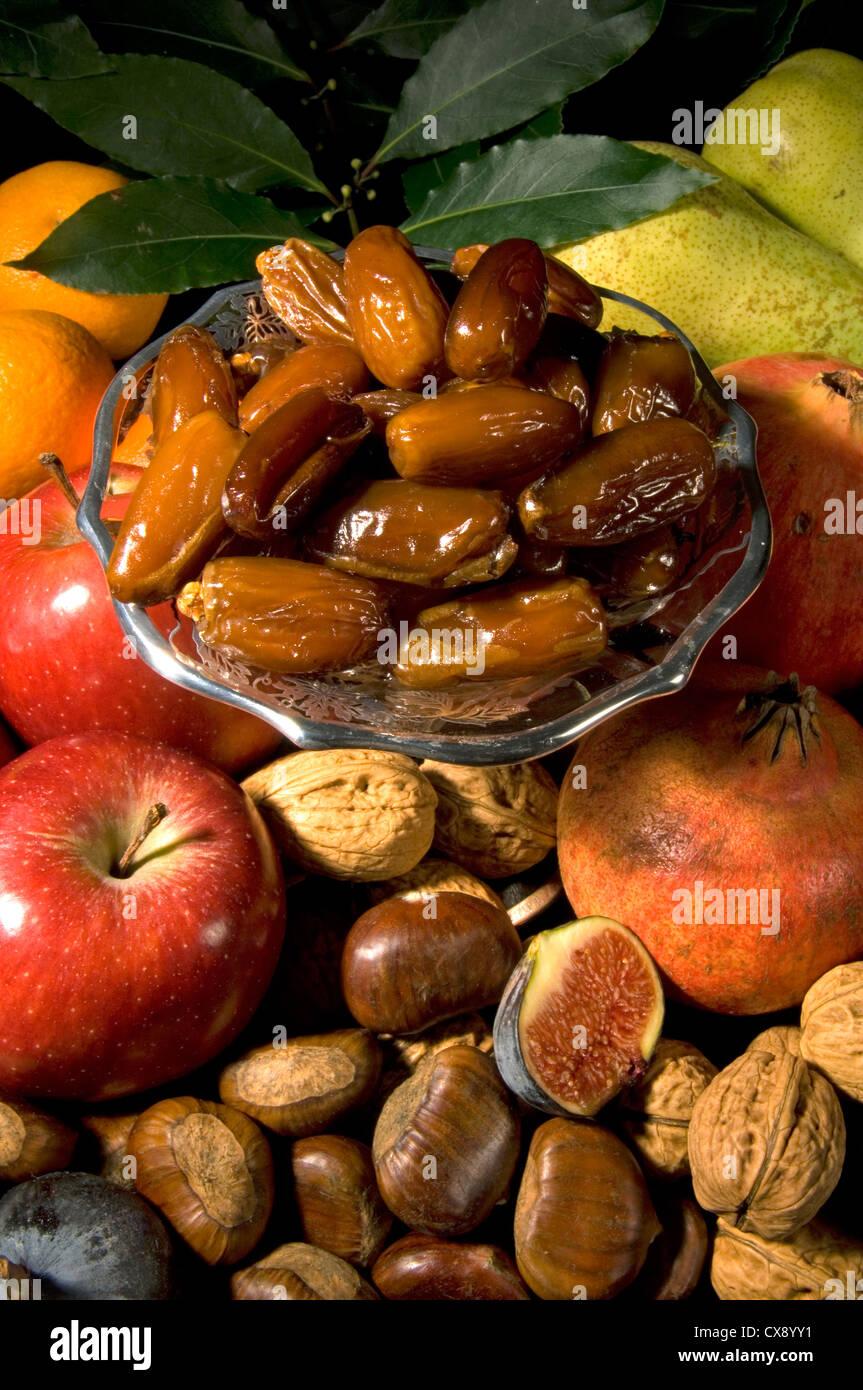 Foto de grupo - bodegón de frutas y nueces festiva en otoño / Navidad con fechas Imagen De Stock