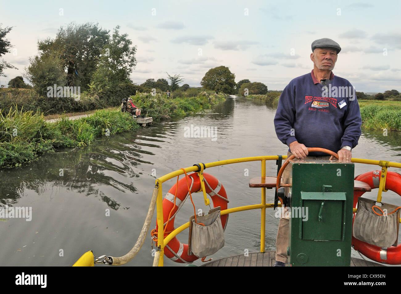 La tripulación del 'Egremont' en el canal de barcos Chichester viaje en barco. Imagen De Stock