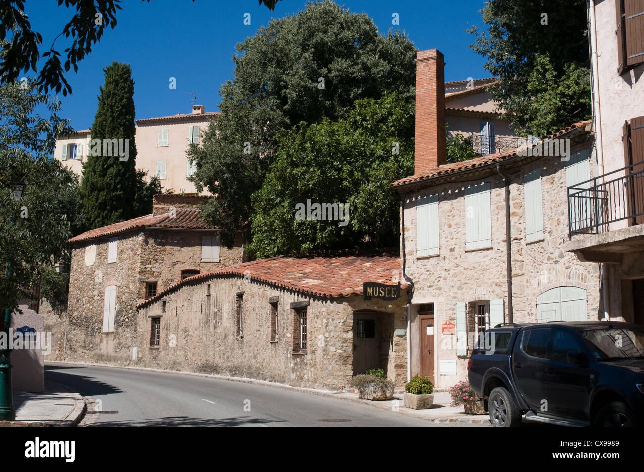El Musée des Arts et Traditions Populaires en la ladera de la colina pueblo de Grimaud situado en el sur de Imagen De Stock
