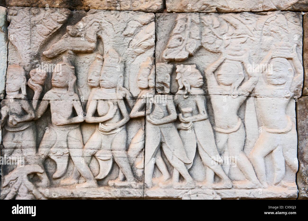 Cada día la vida representado en un bajorrelieve en el interior del Templo Bayon de Angkor, Siem Reap, Camboya Imagen De Stock