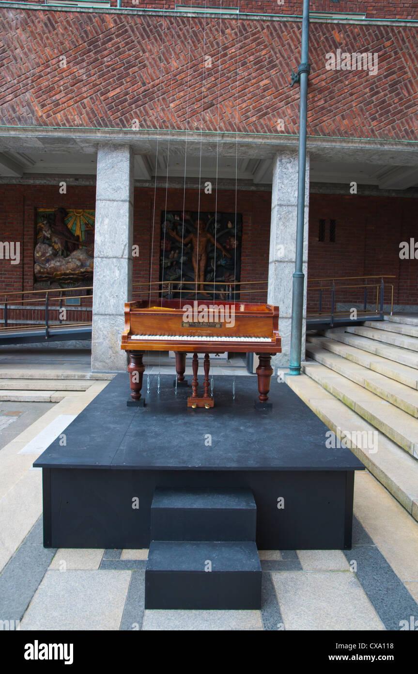 Un piano escuchando a sí misma la variación Rådhus Nordheim fuera del Ayuntamiento Centro Oslo Noruega Imagen De Stock