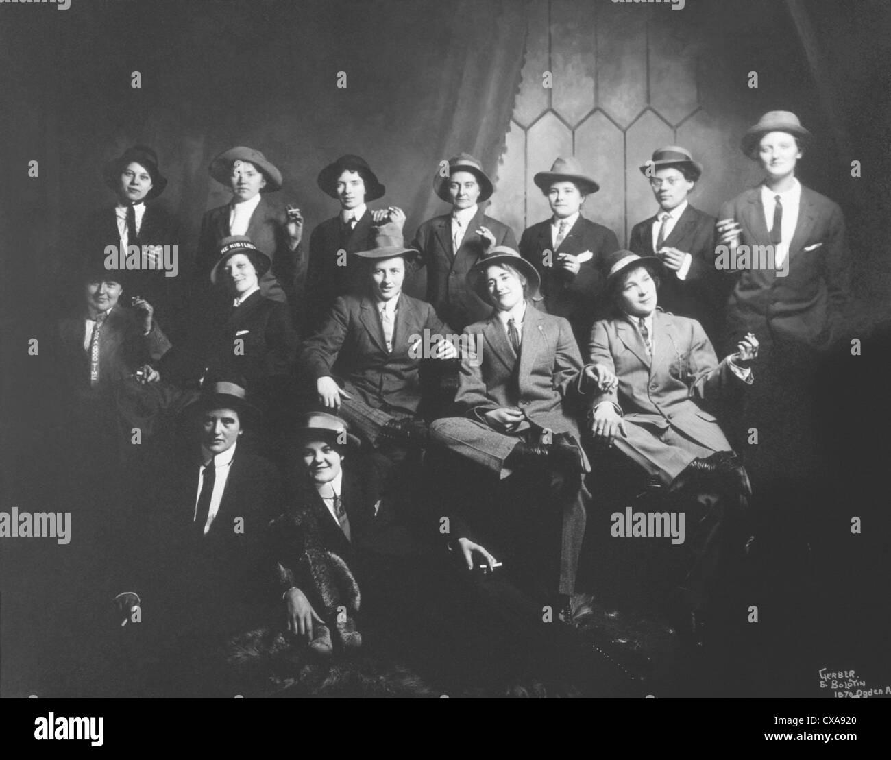 Catorce mujeres vistiendo ropa Mens con cigarrillos, Chicago, Illinois, EE.UU., circa 1910 Imagen De Stock