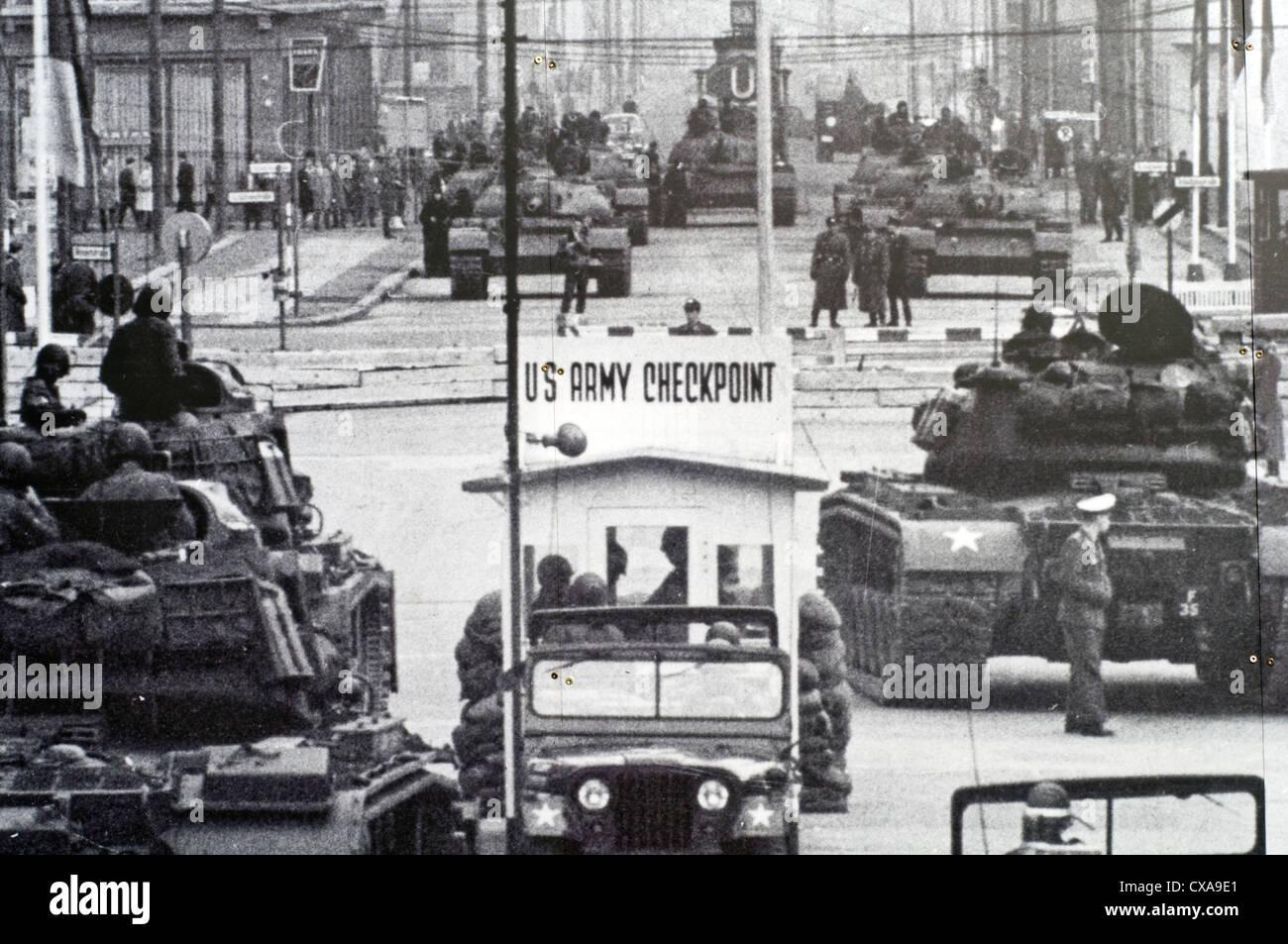 Imagen histórica de Checkpoint Charlie, que es parte de una gran exposición al aire libre, cerca del famoso Imagen De Stock