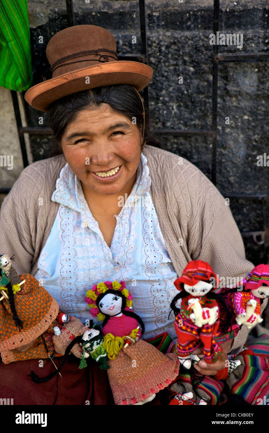 Señora indígena vendiendo muñecas, Arequipa, Perú, América del Sur Imagen De Stock