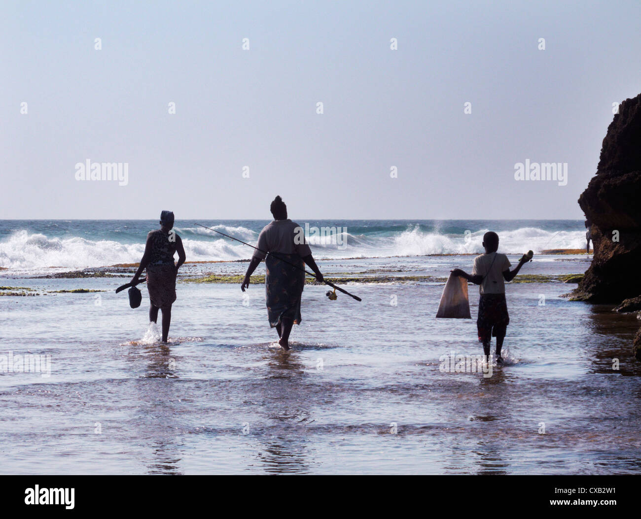 Familia ir a pescar. Ponta do Ouro, en el sur de Mozambique. Imagen De Stock