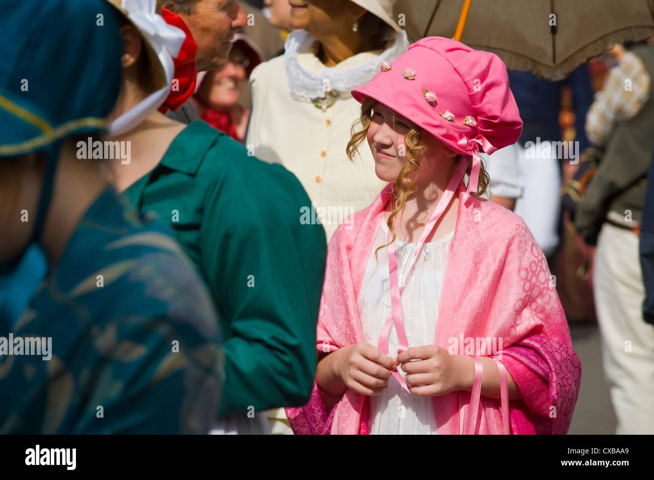Señoras en traje de baño Regency promenade a través del centro de la ciudad durante el 2012 Festival Imagen De Stock