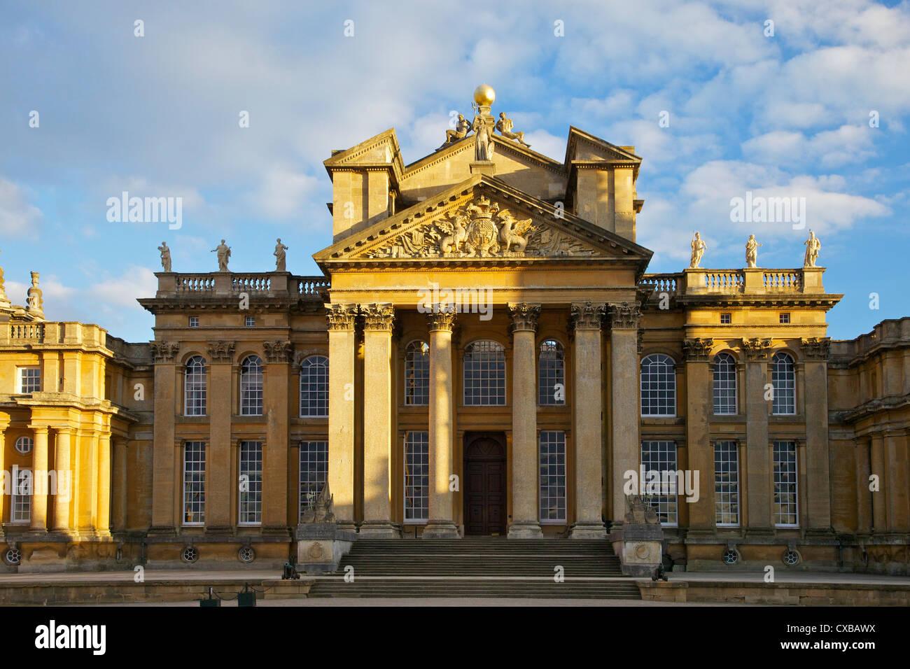 Entrada principal, el Palacio de Blenheim, Sitio del Patrimonio Mundial de la UNESCO, Woodstock, Oxfordshire, Inglaterra, Imagen De Stock