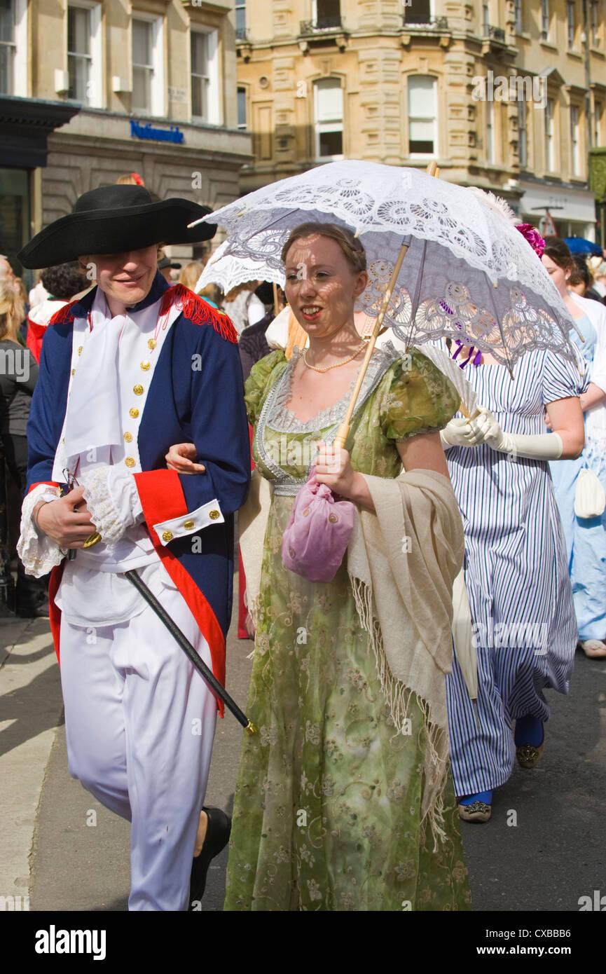 Ventiladores en traje de baño Regency promenade a través del centro de la ciudad durante el 2012 Festival Imagen De Stock