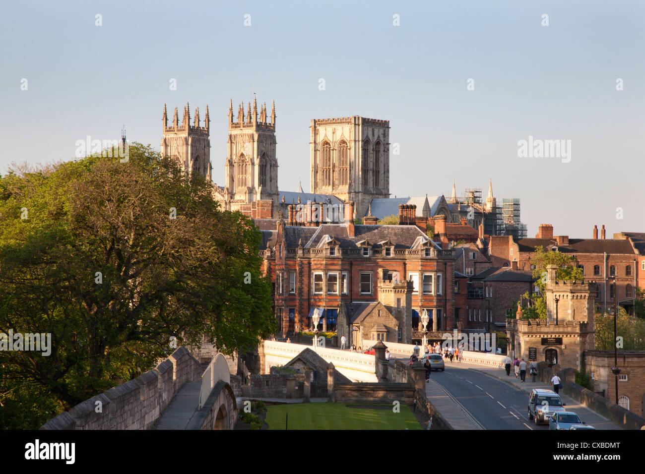 York Minster de las murallas de la ciudad, York, North Yorkshire, Yorkshire, Inglaterra, Reino Unido, Europa Imagen De Stock