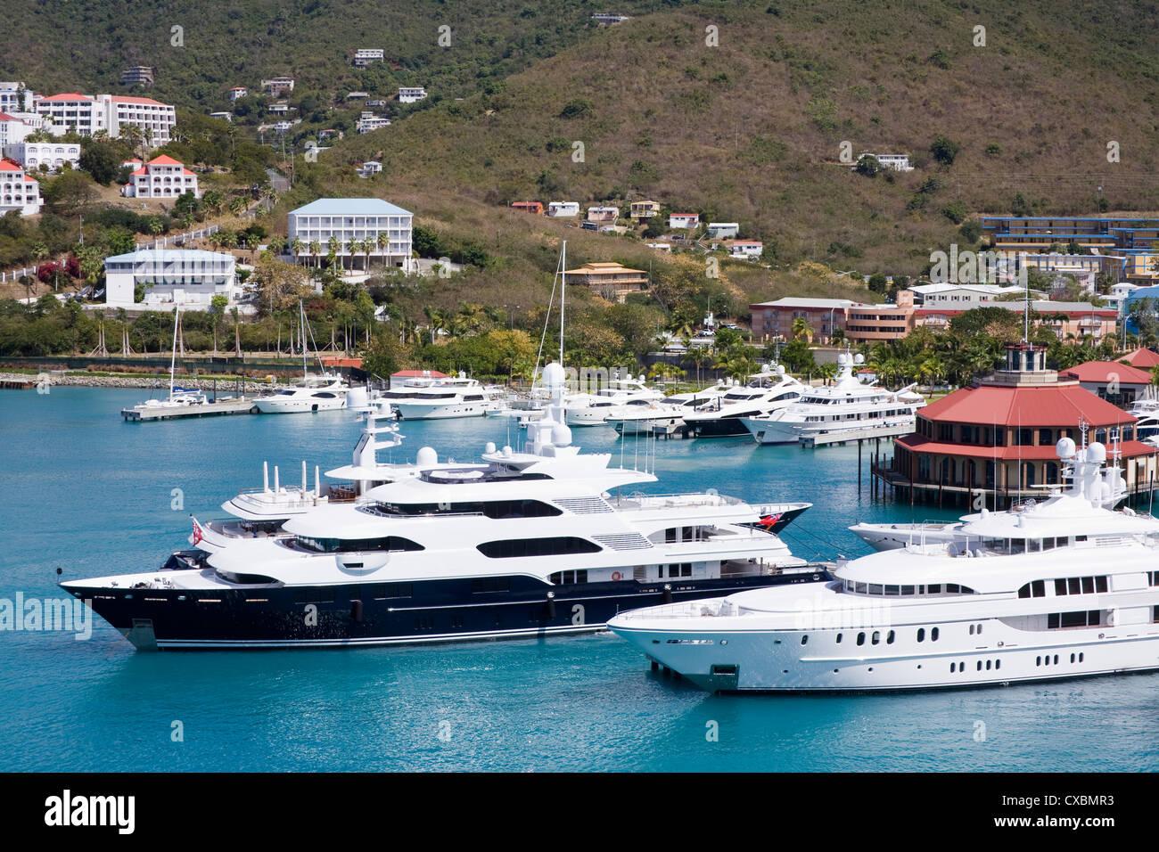 Yates en el puerto de Charlotte Amalie, San Thomas, Islas Vírgenes de EE.UU., West Indies Iislands, Caribe, Imagen De Stock