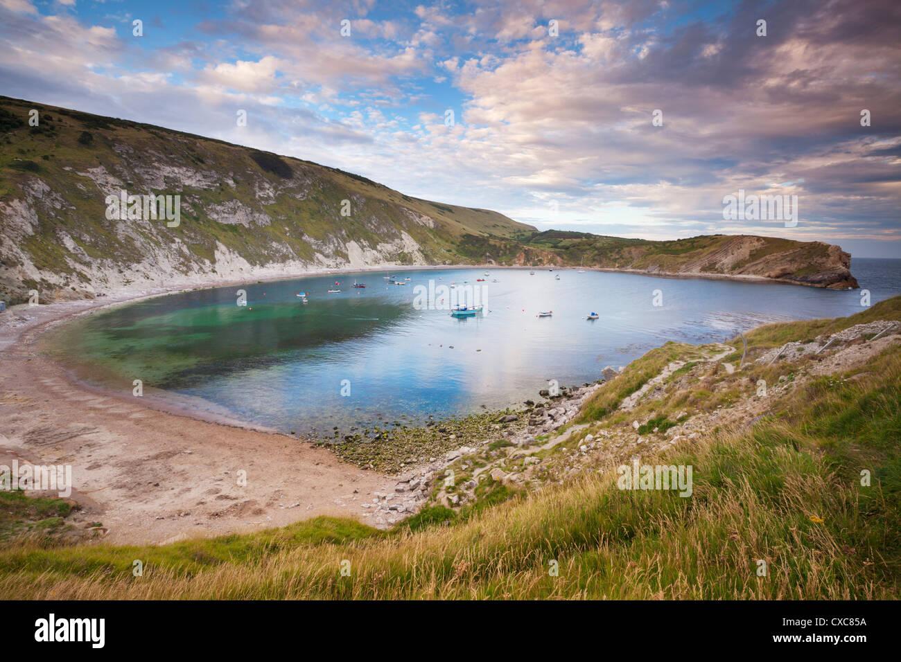 Lulworth Cove, una perfecta forma de herradura Bay, la Costa Jurásica, Sitio del Patrimonio Mundial de la UNESCO, Foto de stock