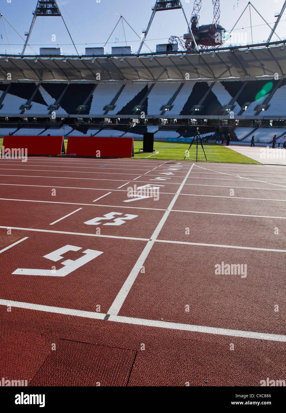 La línea de meta de la pista de atletismo en el interior del Estadio Olímpico, Londres, Inglaterra, Reino Imagen De Stock