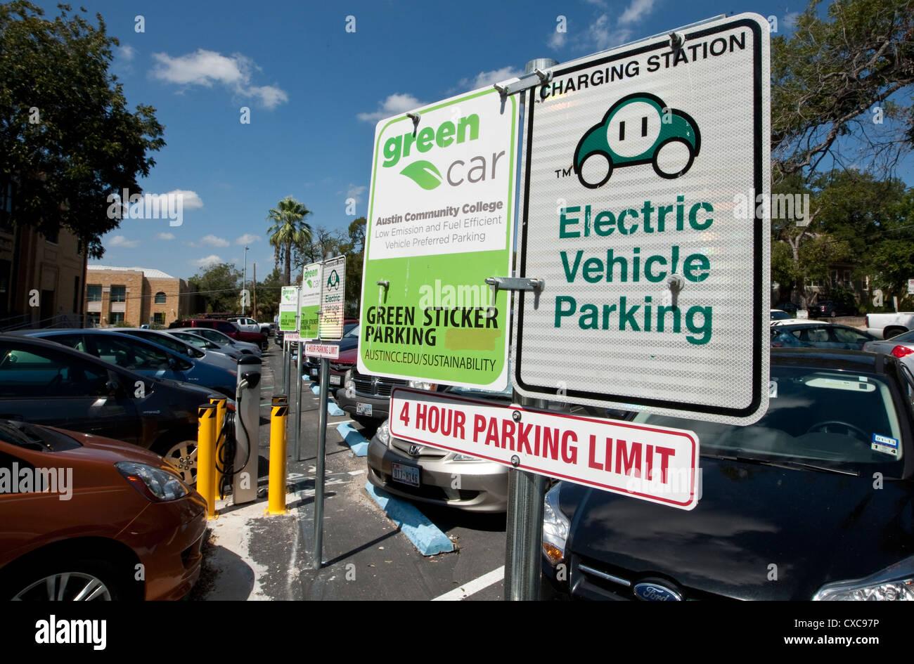 Señal indicando estacionamientos especiales reservados para el vehículo eléctrico o pegatina verde Imagen De Stock