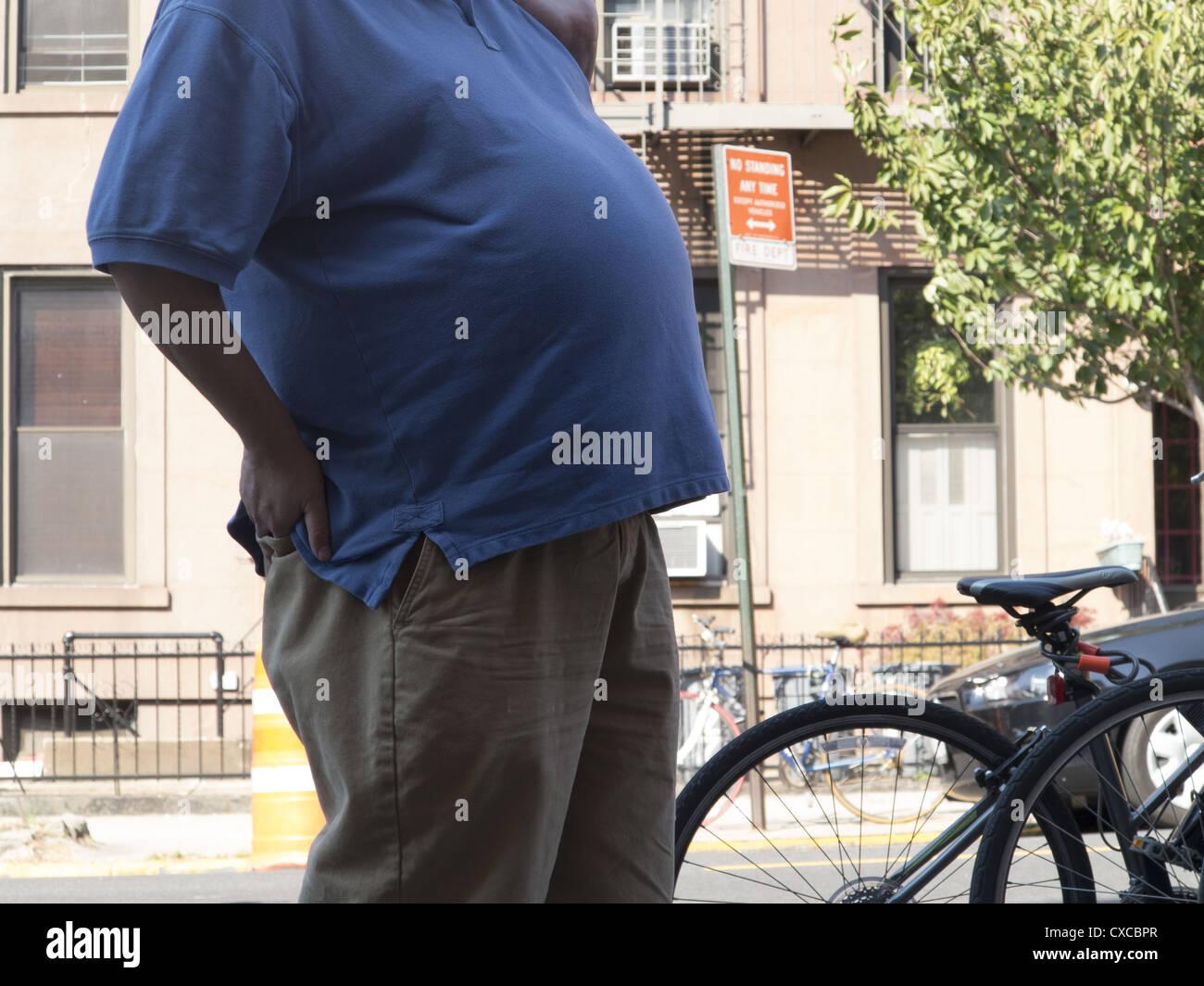 Hombre con un estómago muy grande. Imagen De Stock