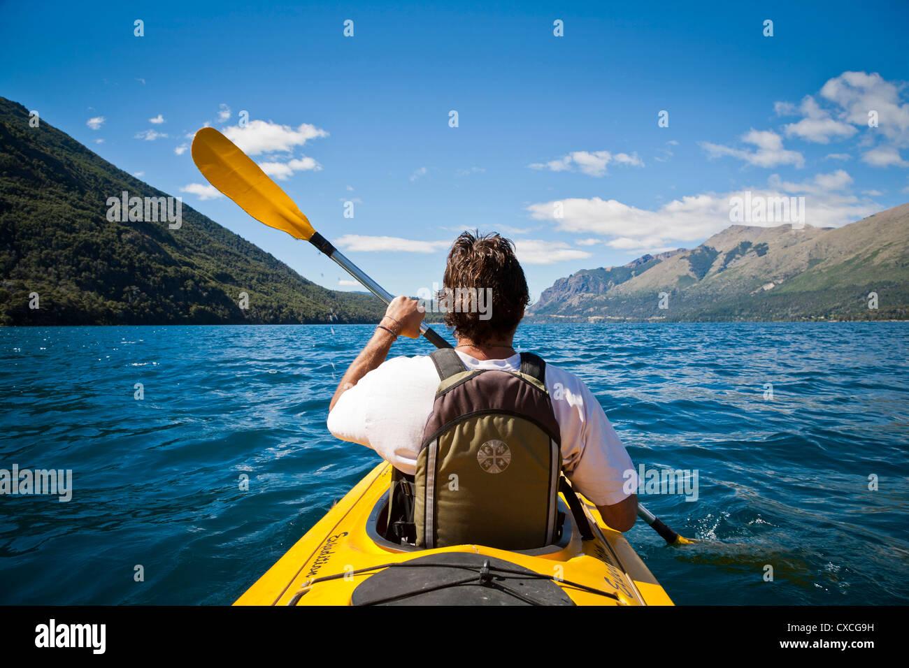 En Guttierez Kayakying lago en la Estancia Peuma Hue, distrito de Los Lagos, Patagonia, Argentina. Imagen De Stock
