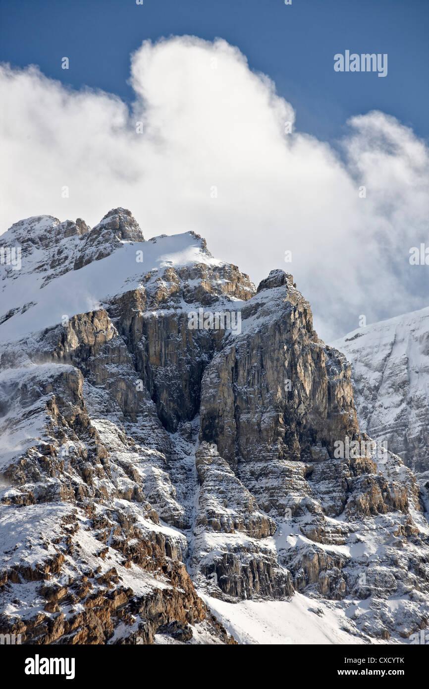 Escarpadas montañas con nubes y cubierta de nieve, el Parque Nacional de Jasper, Sitio del Patrimonio Mundial de la UNESCO, Alberta, Canadá, Norteamérica Foto de stock