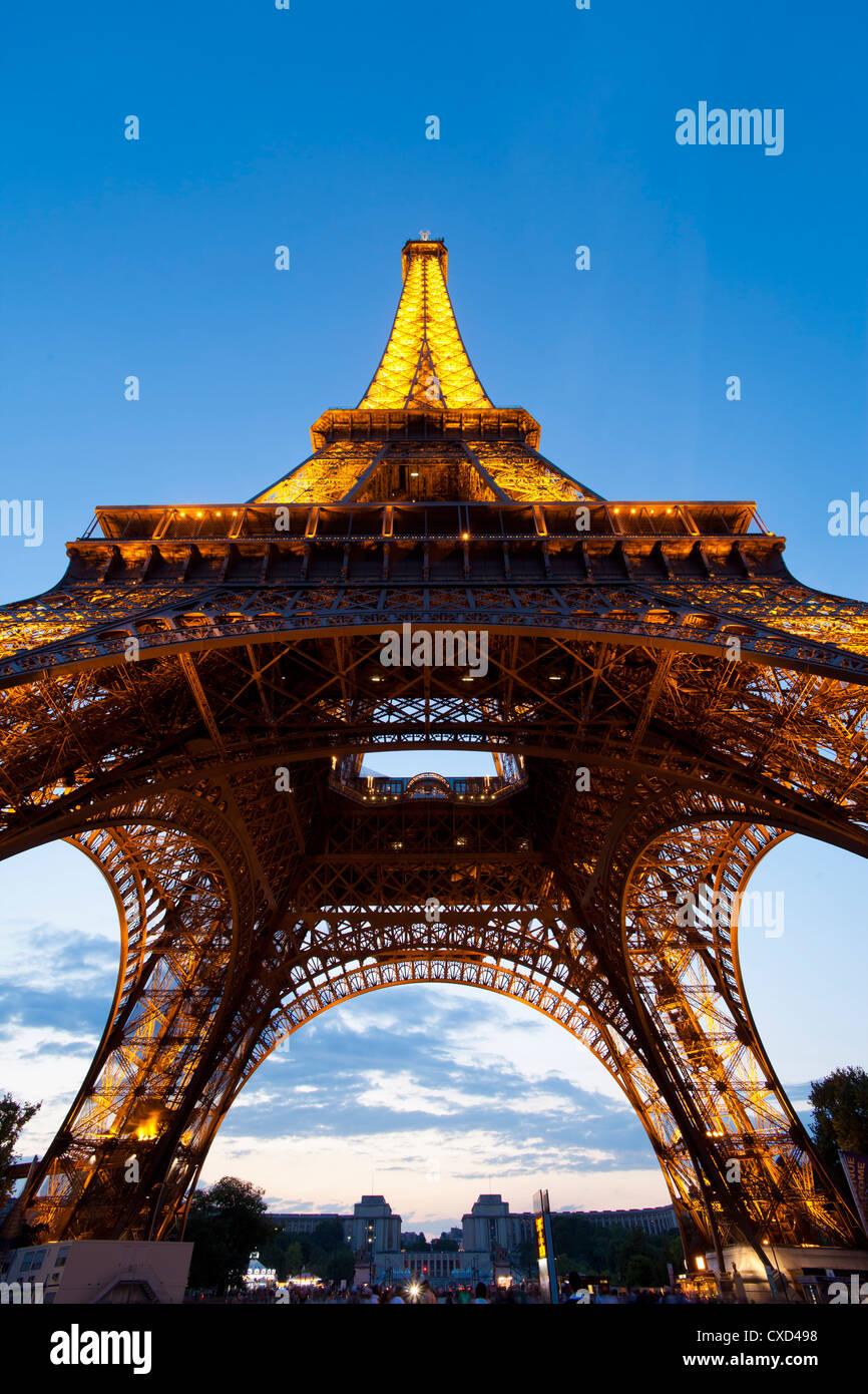 Ver hacia arriba desde debajo de la Torre Eiffel, en París, Francia, Europa Imagen De Stock