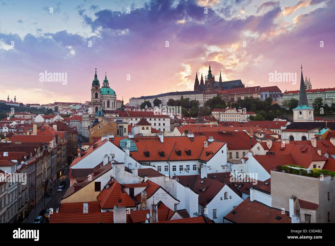 Catedral de San Vito y la iglesia de San Nicolás, Praga, República Checa, Europa Imagen De Stock