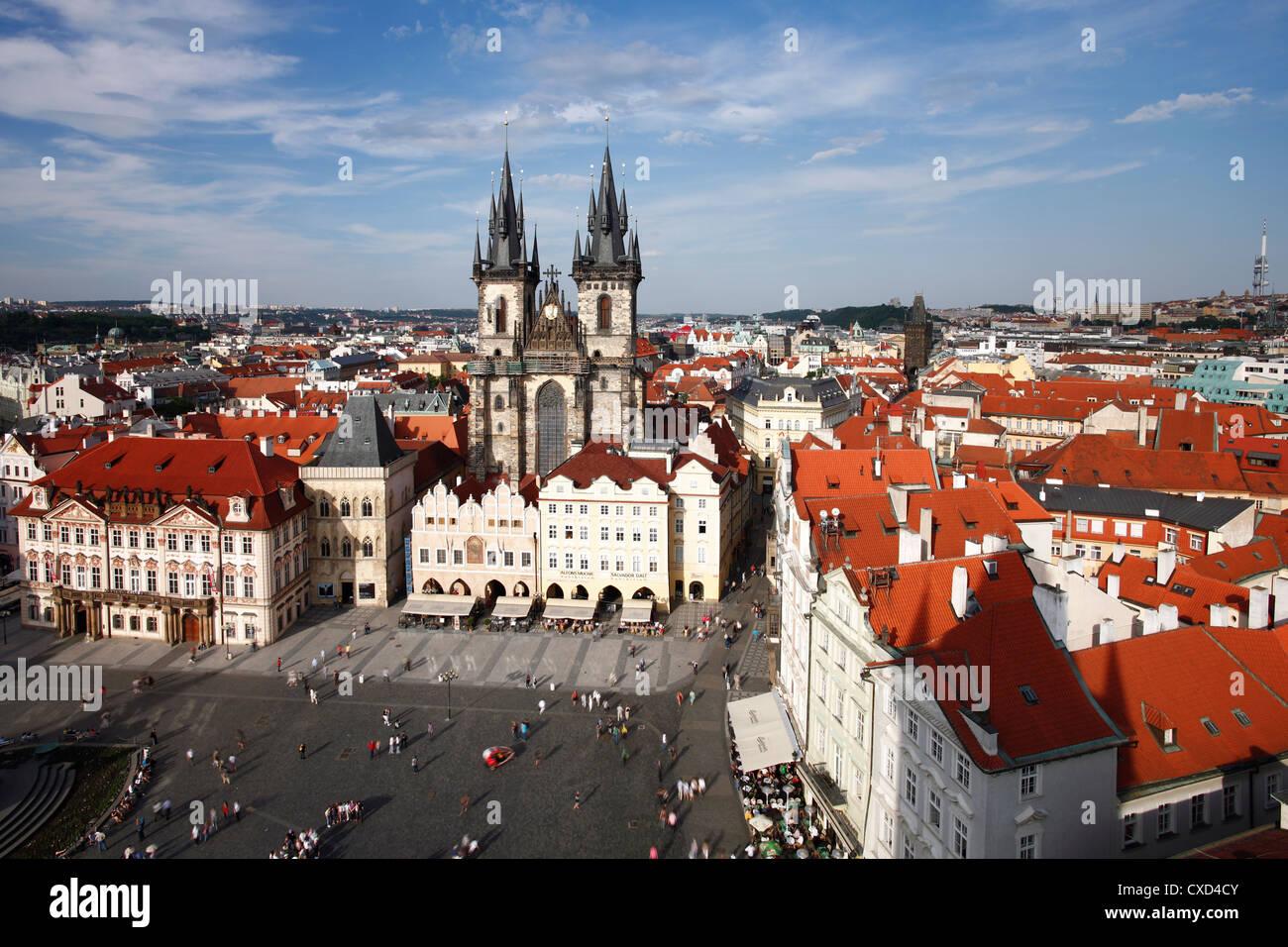 Iglesia de Nuestra Señora antes de Tyn (iglesia Tyn) en la Ciudad Vieja (Staré Mesto), Praga, República Imagen De Stock