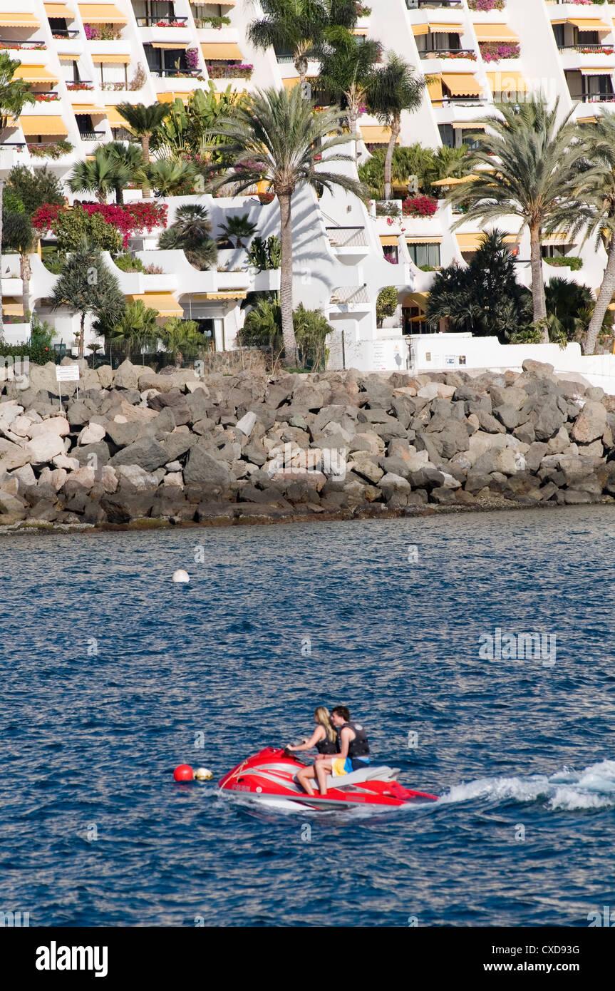 Los seguros de viajes deportes acuáticos riesgo arriesgado teniendo en las vacaciones aquabike aquabikes jetski jetskis Foto de stock