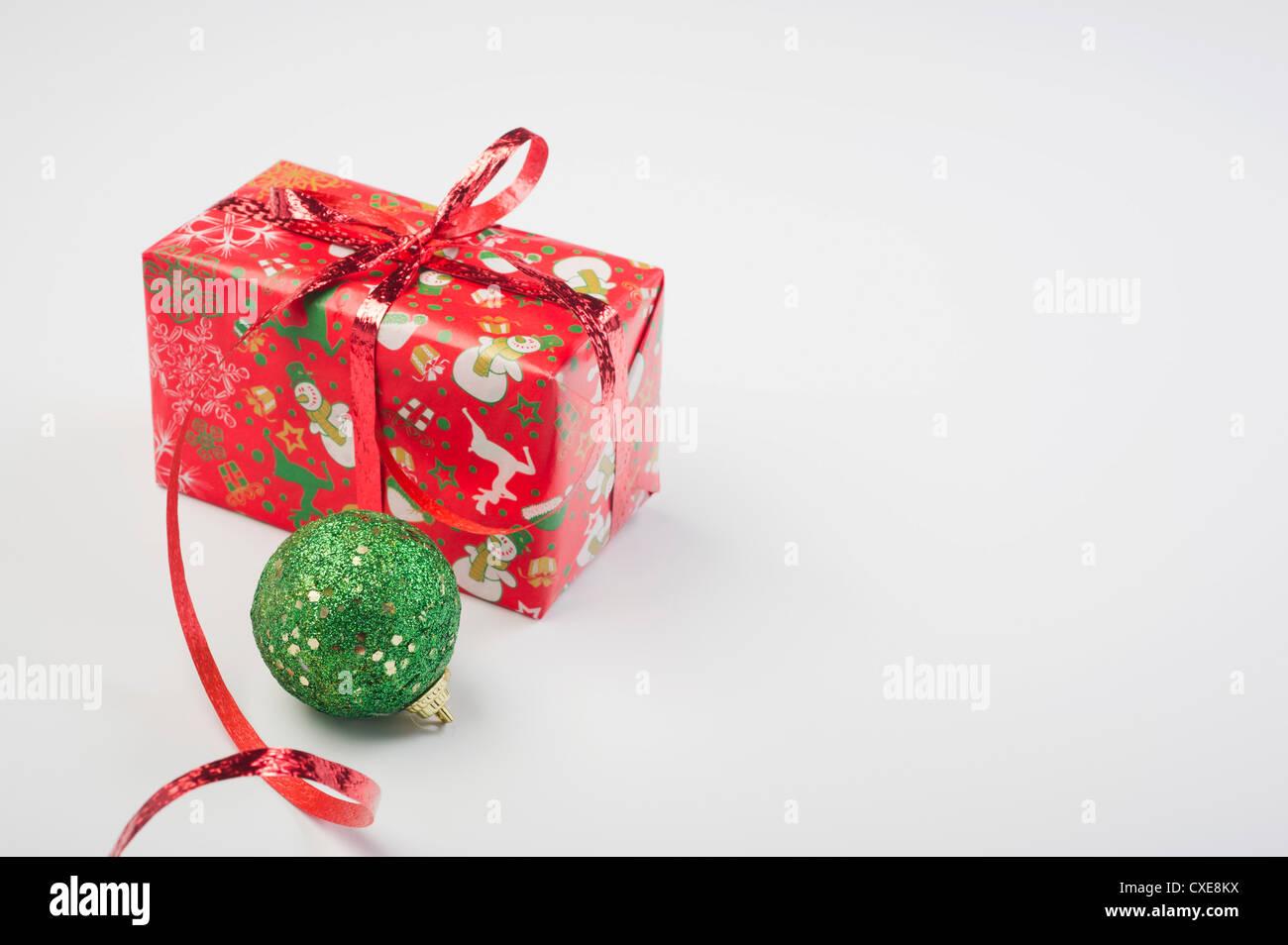 Navidad y festivamente envuelto presente Imagen De Stock