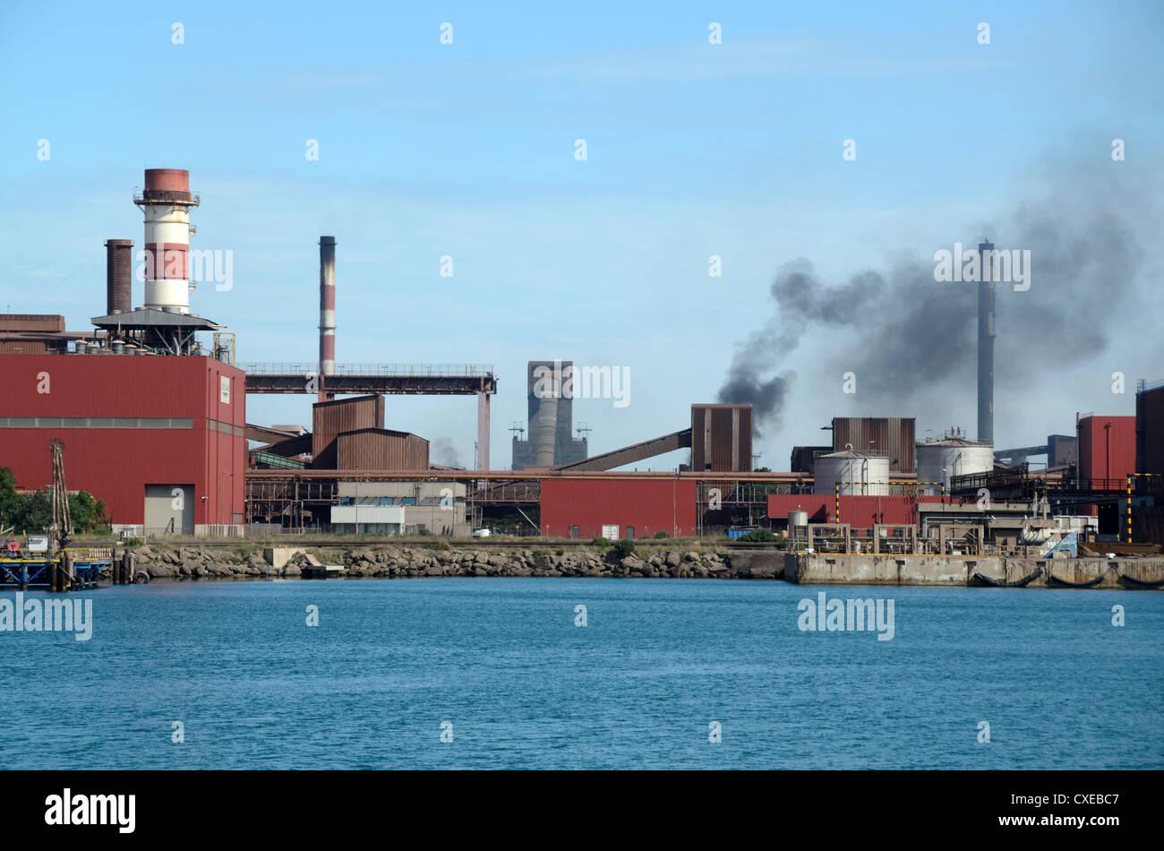 Columnas de humo y contaminación del aire de la Acería de ArcelorMittal Martigues puerto autónomo Imagen De Stock