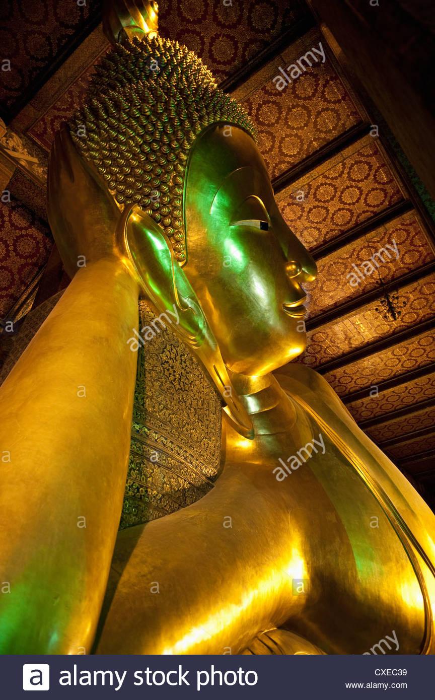 Golden Buddha Reclinado en el templo Wat Pho (Wat Phra Chetuphon), Bangkok (Tailandia), el Sudeste Asiático, Imagen De Stock