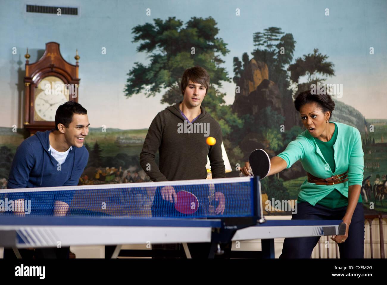 La Primera Dama Michelle Obama juega tenis de mesa con los miembros de la banda Big Time Rush el 24 de septiembre Imagen De Stock