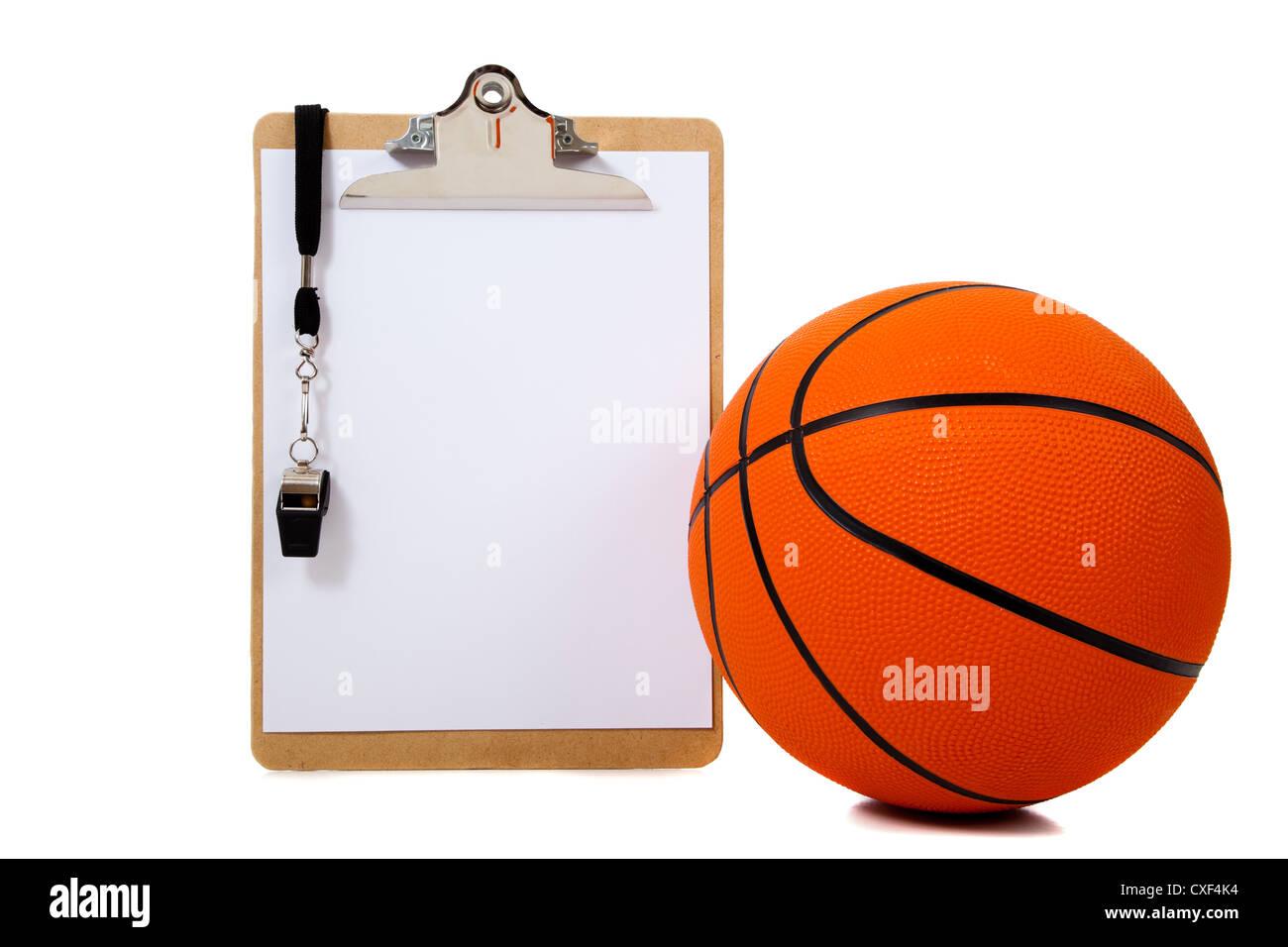 Portapapeles del entrenador con un silbato y una pelota de baloncesto sobre un fondo blanco con espacio de copia Imagen De Stock