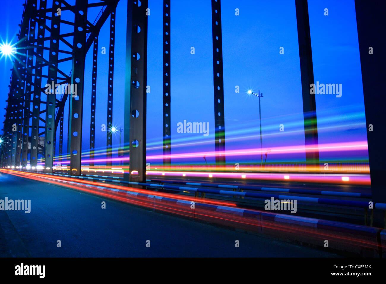 Por la noche el tráfico del puente Foto de stock