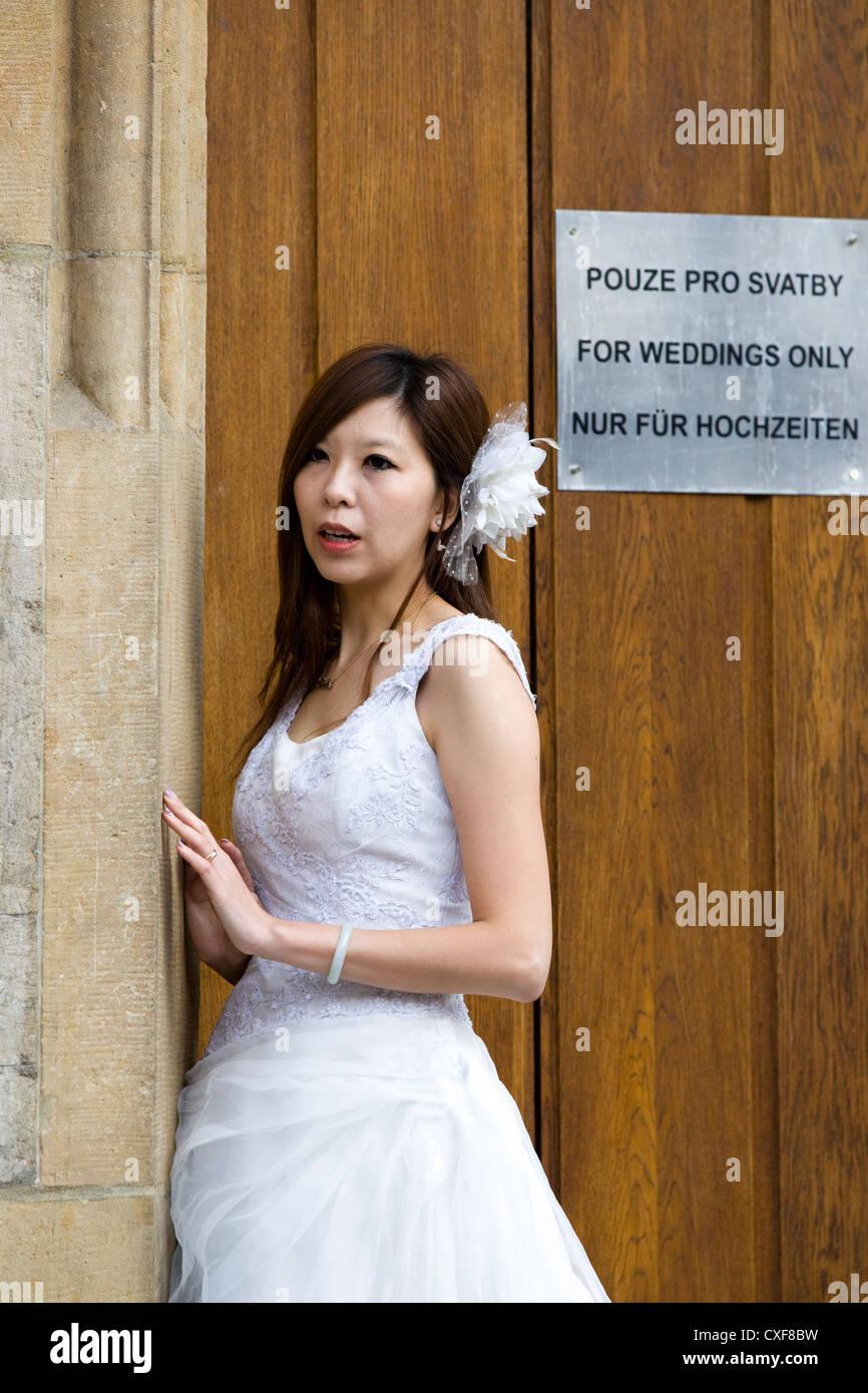Una Dama China tener su imagen tomada sólo después de casarse en Praga en el Reloj Astronómico Foto de stock