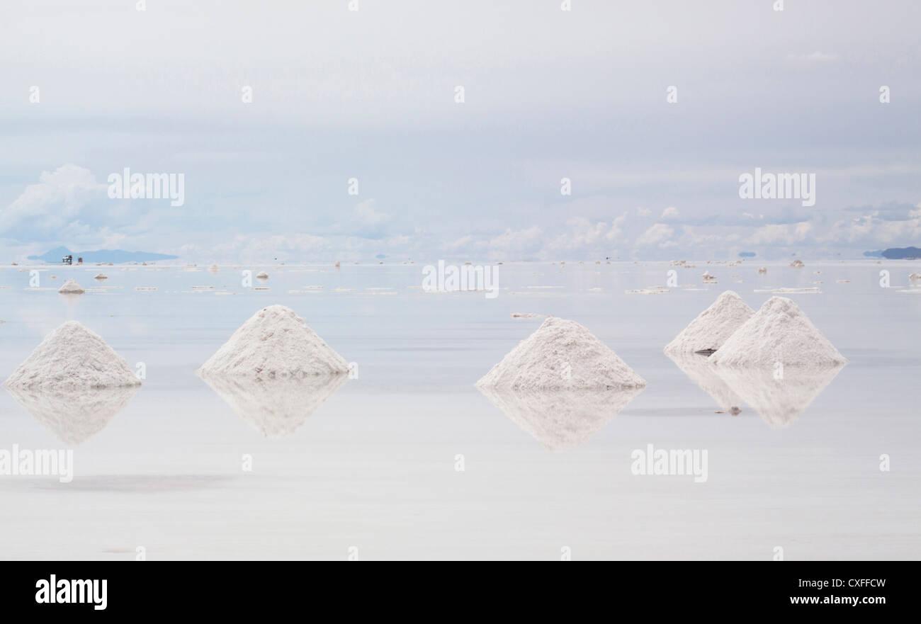 Los montones de sal en el salar Uuyni en Bolivia. Imagen De Stock