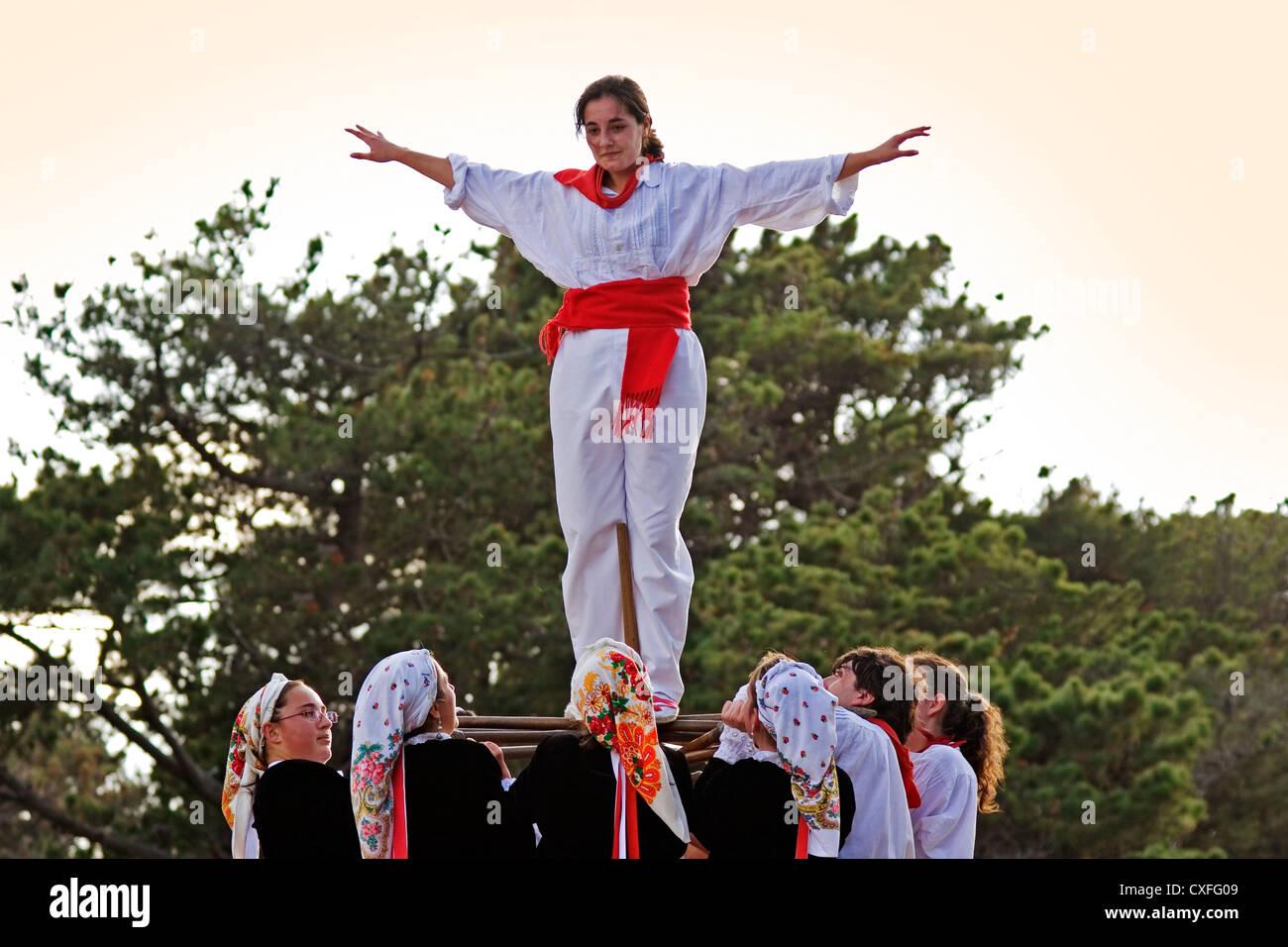 Danza de ibio realizado por un grupo de danza en la peregrinación faro montaña Santander Cantabria España Imagen De Stock