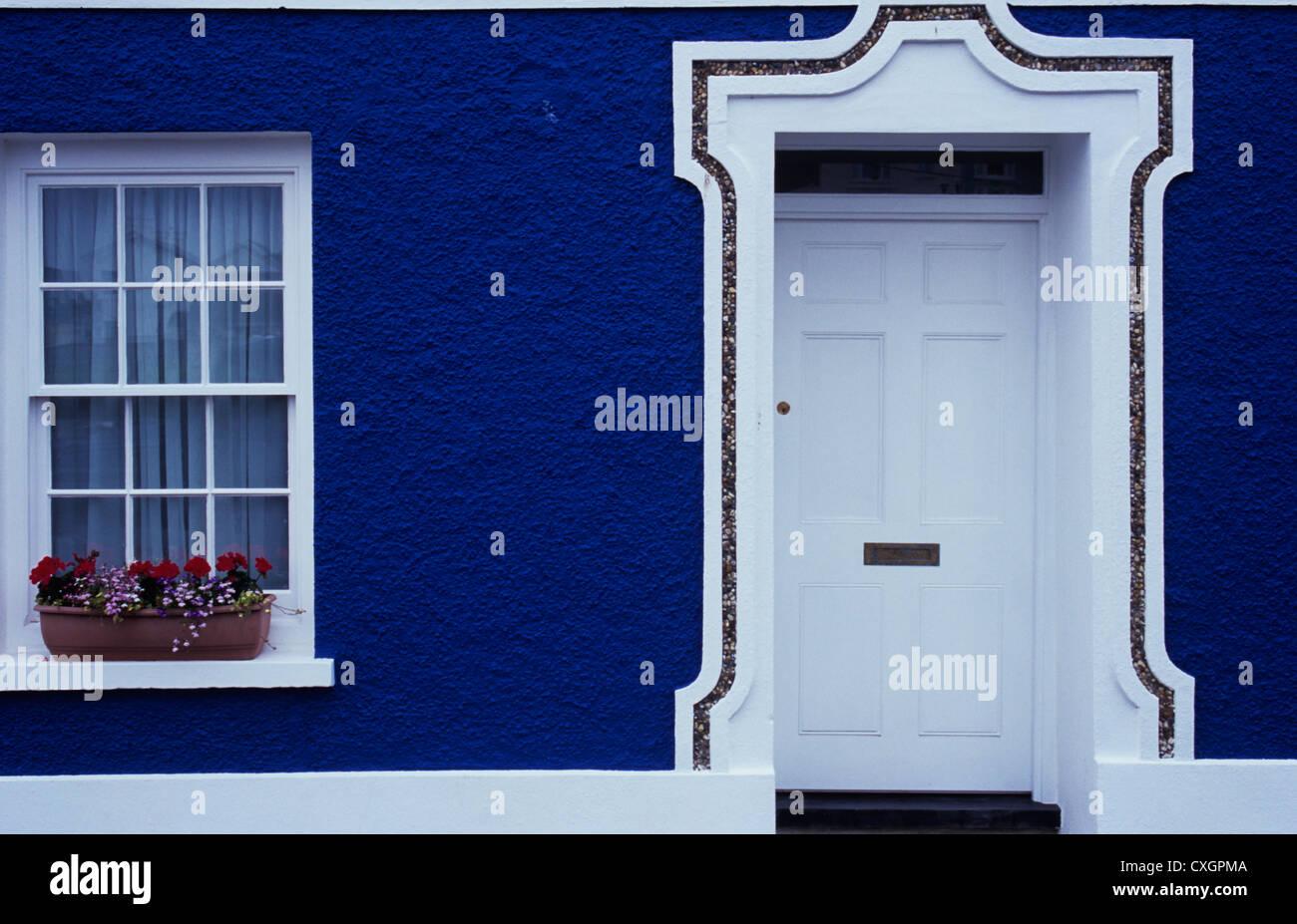 Detalle De Casa Con Paredes Pintadas De Azul Oscuro Y Elegante - Paredes-pintadas-de-azul