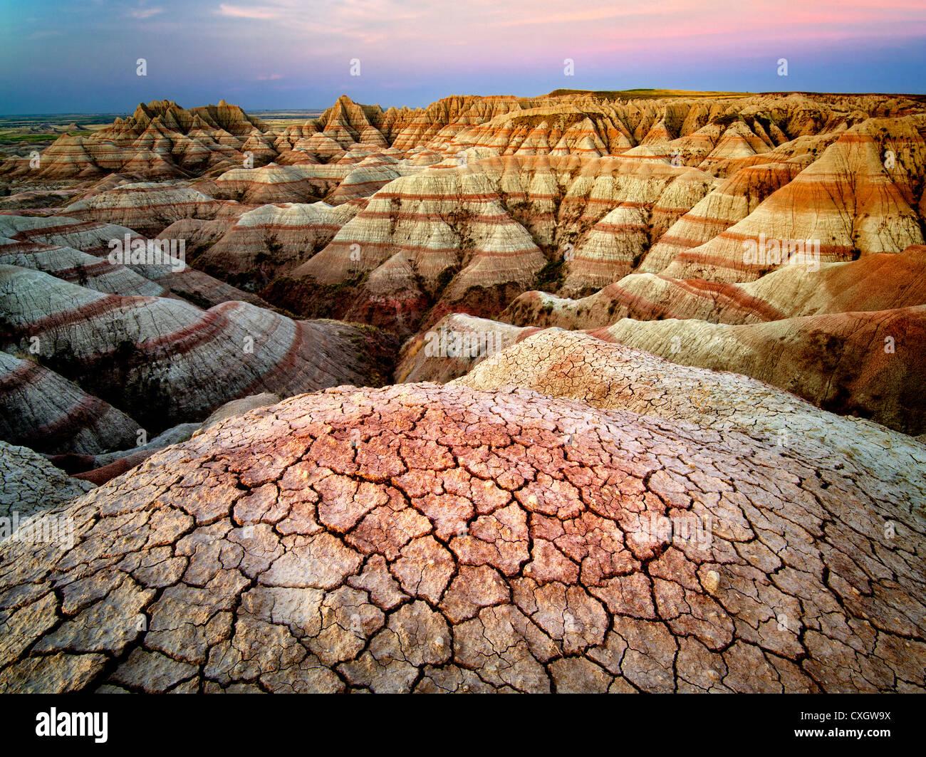 Erosionados y formaciones de roca agrietada y barro. El Parque Nacional Badlands. Formaciones de Dakota del Sur. Imagen De Stock