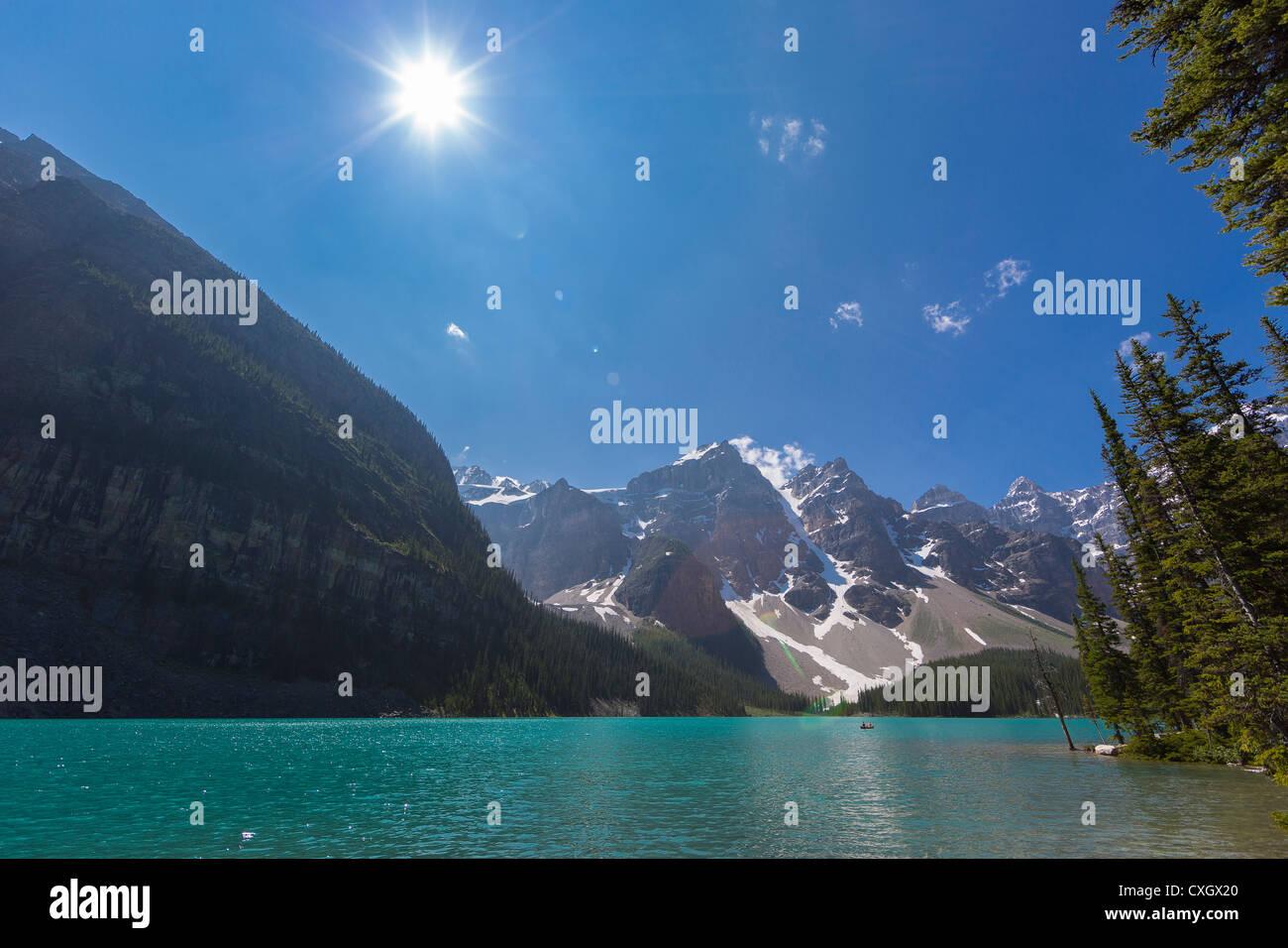ALBERTA, Canadá - Sun y el Lago Moraine, un lago glacial en el Parque Nacional Banff. Imagen De Stock