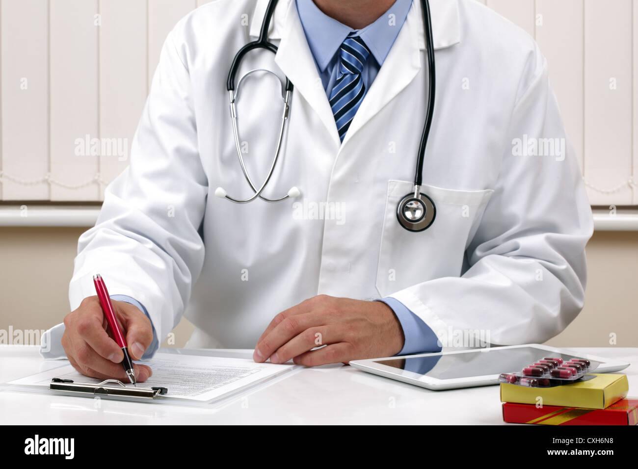 Médico Escribir una receta o examen médico notas Imagen De Stock
