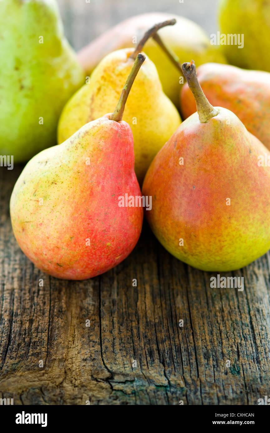 Las peras frescas en la mesa de madera antigua Imagen De Stock