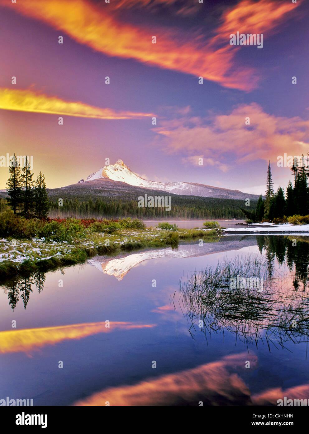 Monte Washington reflejo en el Gran Lago con nieve y puesta de sol. En el estado de Oregon. Foto de stock