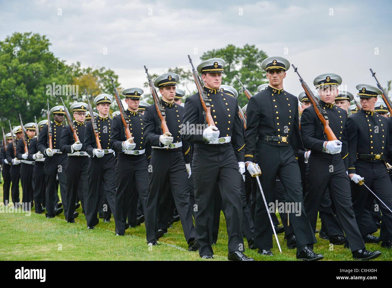 Las compañías de cadetes de marzo por el jefe de operaciones navales, el Almirante Jonathan greenert y otros revisores Foto de stock