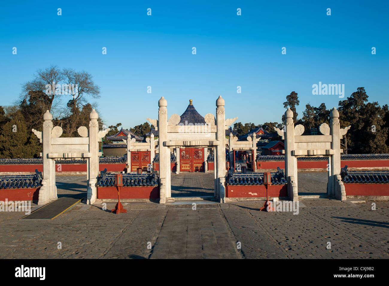 Las antiguas puertas de piedra en el Templo del Cielo Foto de stock