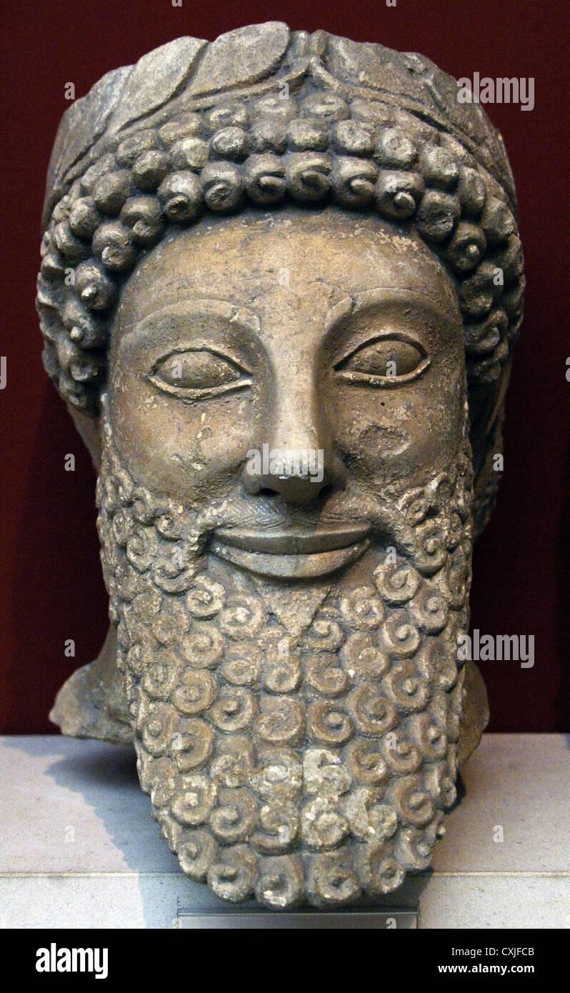 Cabeza de una estatua de un hombre barbado con corona de laurel. La piedra caliza. Museo Británico. Londres. Foto de stock