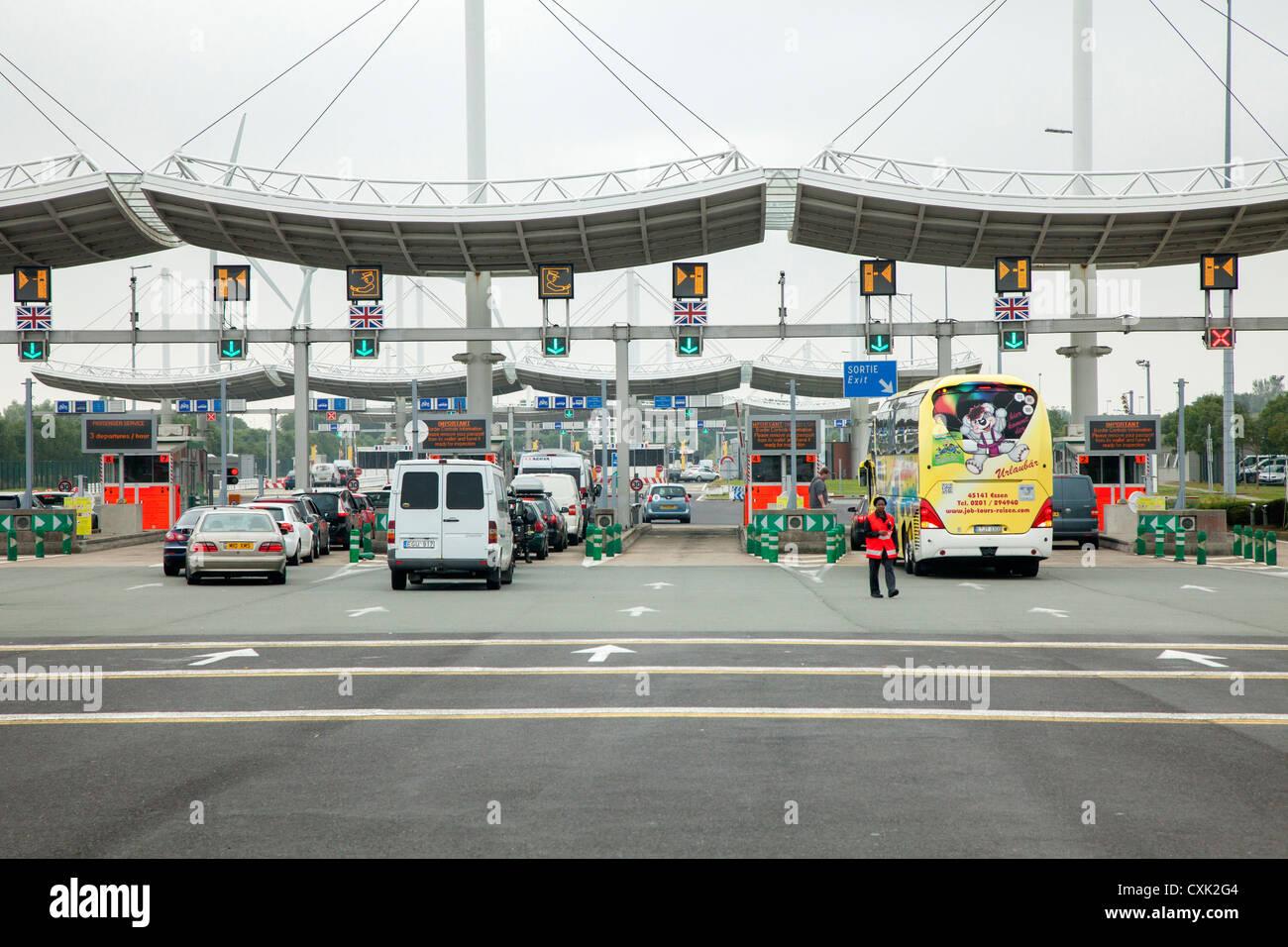 Control de vehículos entrantes Eurotunnel en Calais, Francia Imagen De Stock