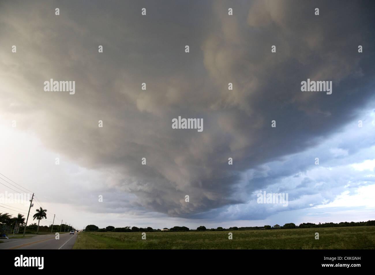Estantería nube arcus la formación de nubes que precede a una tormenta en tierras agrícolas cerca Imagen De Stock