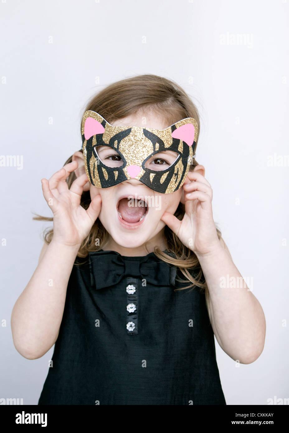 Niña con máscara de tigre Imagen De Stock