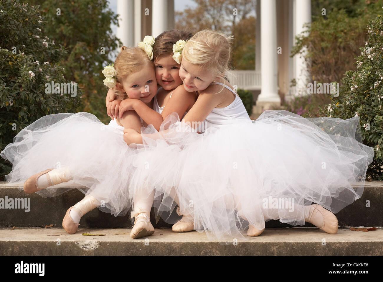 Las niñas abrazarse en trajes de ballet Imagen De Stock