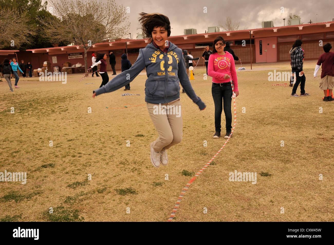 5ª grado participa en saltar la cuerda para el corazón, la recaudación de fondos y un programa de Imagen De Stock